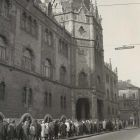 Photograph - queue in front of the Museum of Applied Arts waiting for the 'Diamond Sunday' exhibition